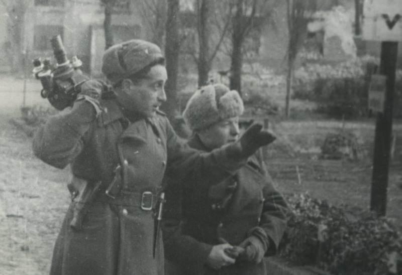 Фронтовые операторы: Михаил Посельский и Борис Соколов. Померания. 1945 год.