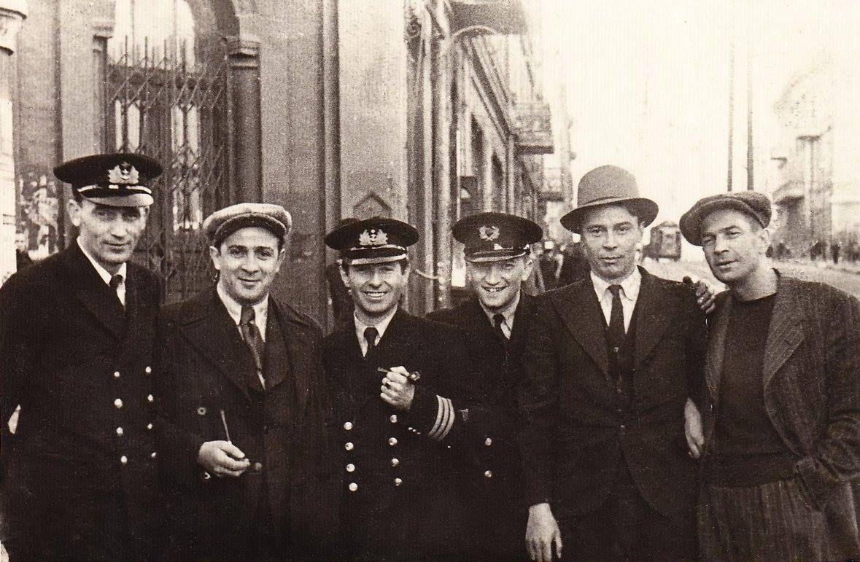 Экспонат #69. «Огненная кругосветка» завершена. Киногруппа в порту Владивостока.1943 год
