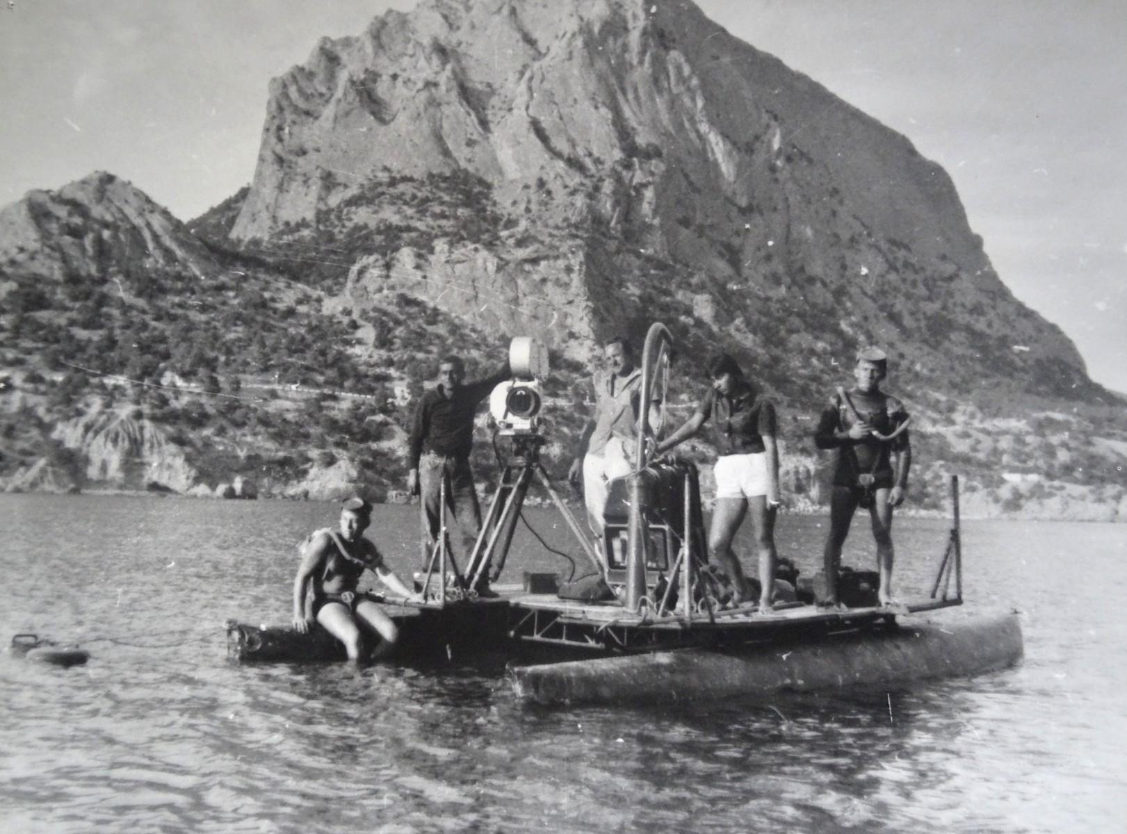 Экспонат #17. Съемочная группа ЦСДФ в Голубой бухте. Крым, 1965 год