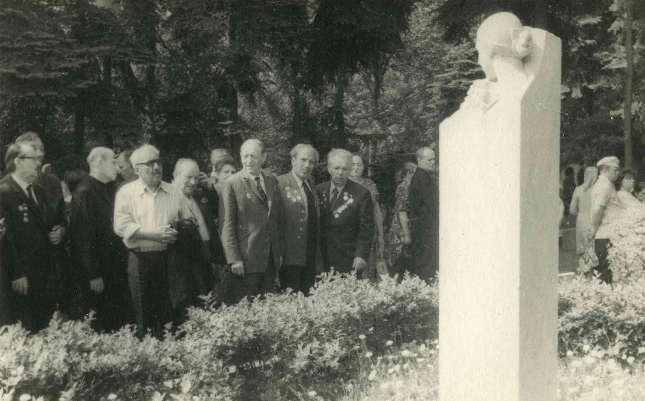 Экспонат #99. Кинематографисты у могилы Надежды Аллилуевой-Сталиной. 11-13 мая 1976 года
