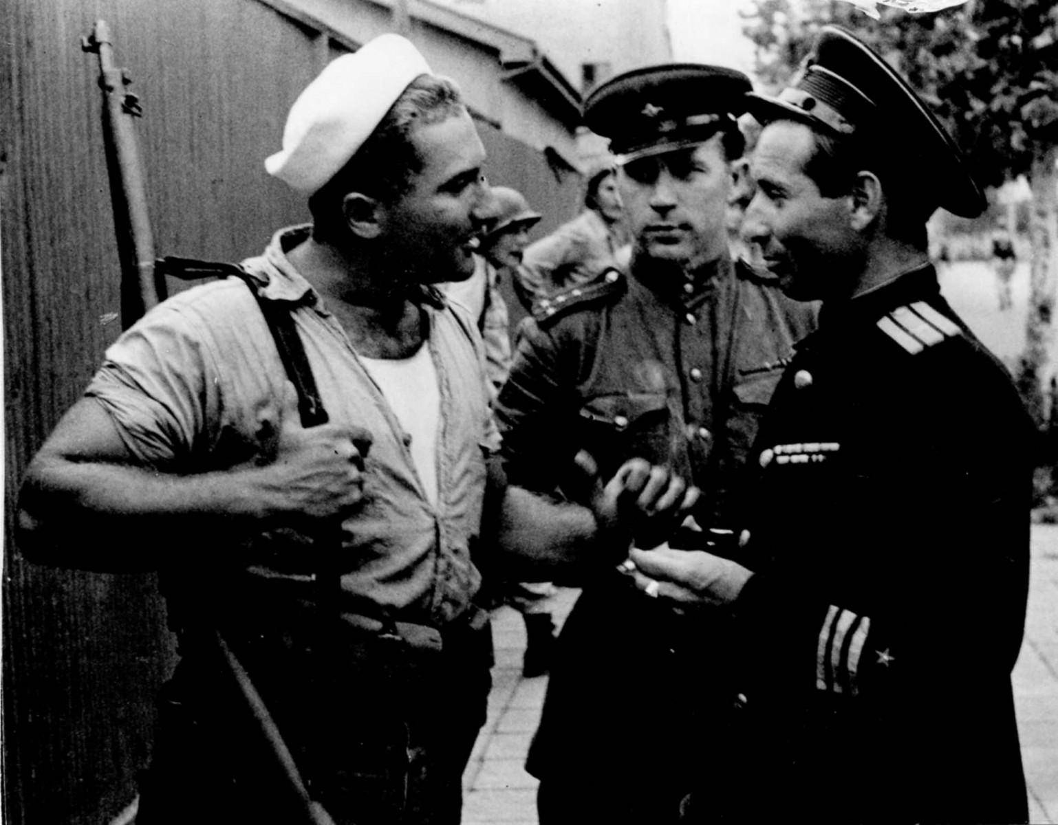 Экспонат #73. Кинооператоры Прудников и Микоша с американским морским пехотинцем. Токио. Сентябрь 1945 года