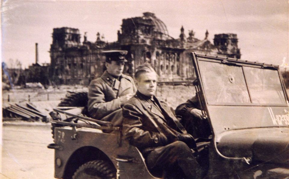 Берлин. Операторы на фоне Рейхстага. Май 1945 года