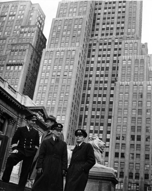 Экспонат #62. У здания Публичной библиотеки на углу 42-й улицы и Пятой Авеню в Нью-Йорке. 1943 год