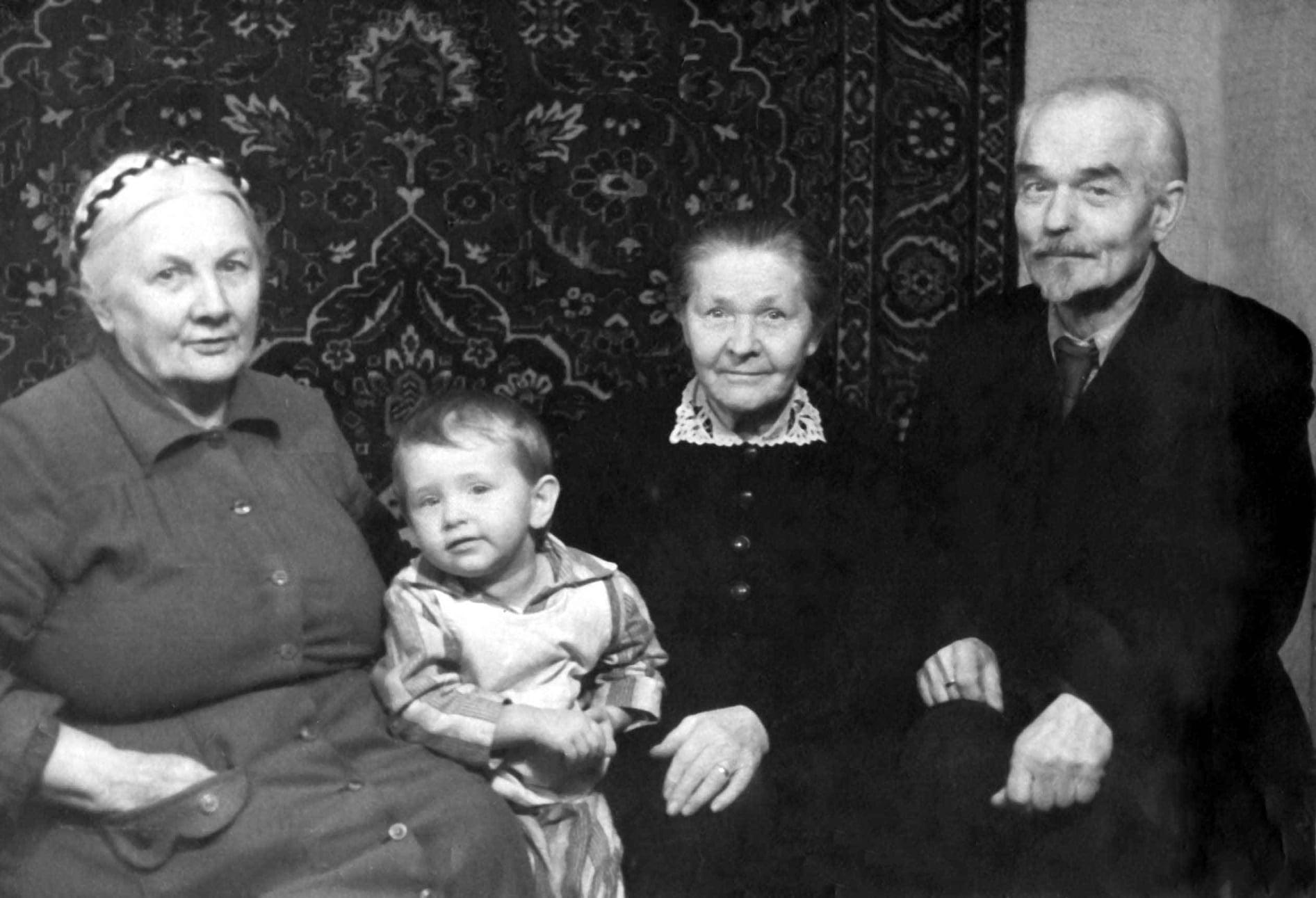 Экспонат #47. Алёна Бойкова с бабушкой и дедушкой