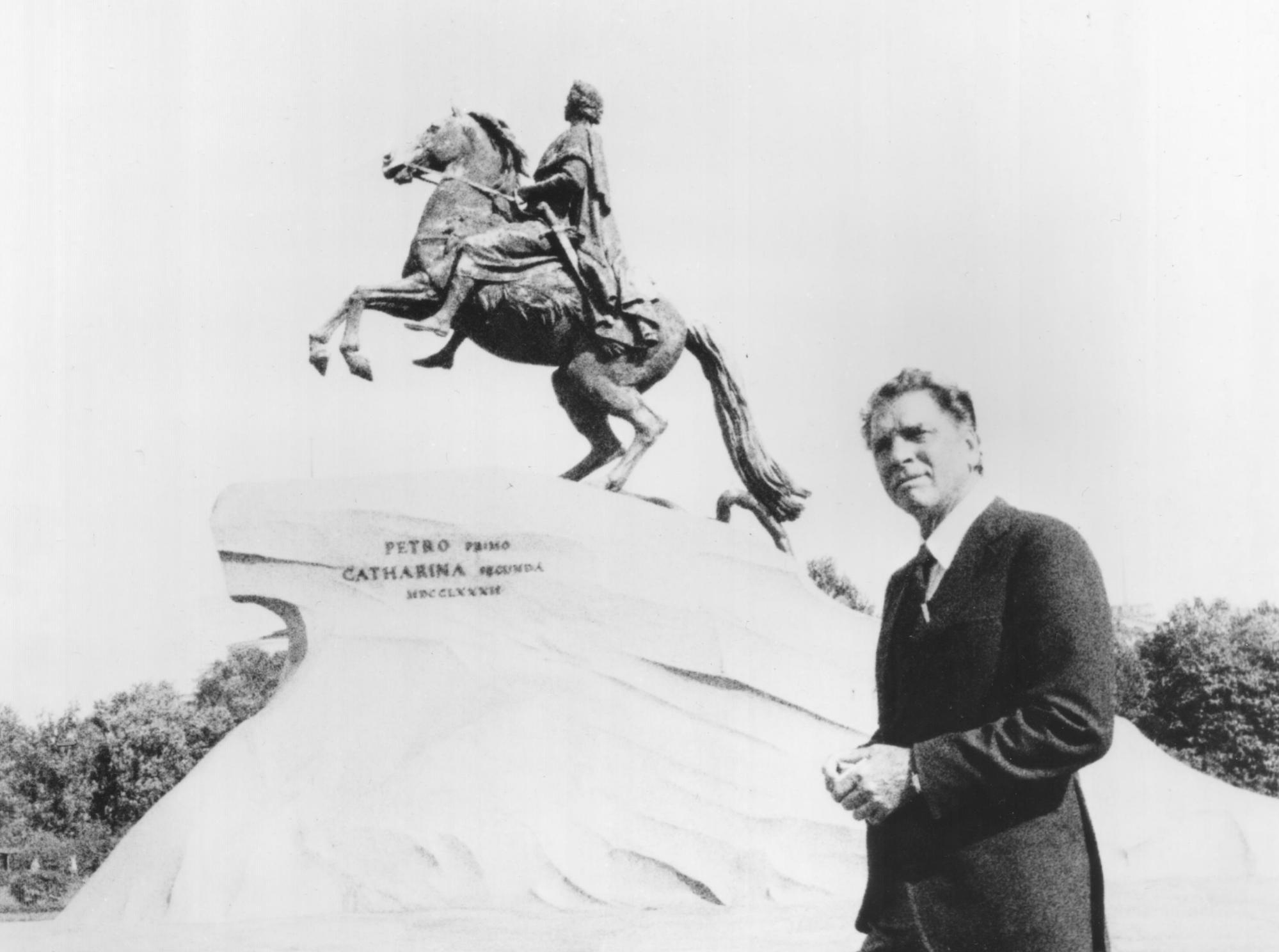 Burt Lancaster poses before a statue of Peter the Great
