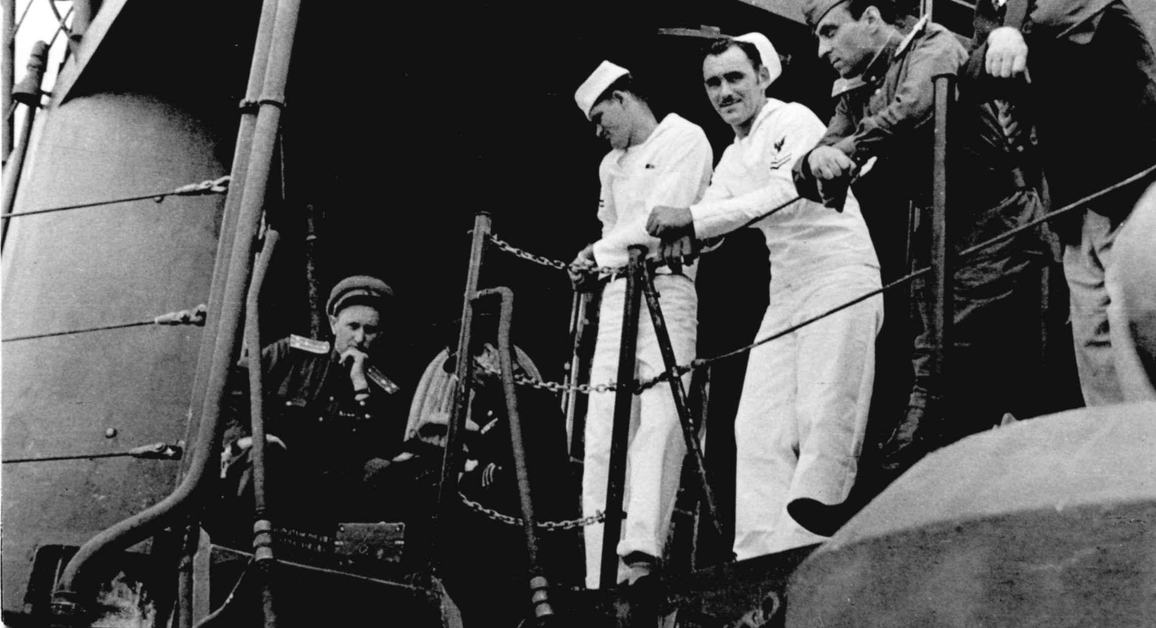 """Экспонат #15. Ошурков и Зархи на линкоре """"Миссури"""". 2 сентября 1945 года"""