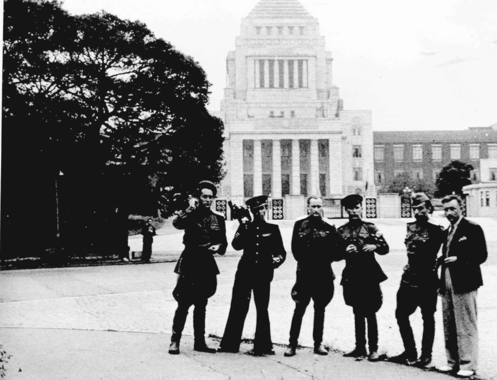 Экспонат #19. У здания парламента Японии в Токио. Сентябрь 1945 года