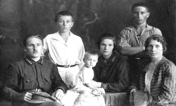 Экспонат #7. СемьяМикош. 1928 год