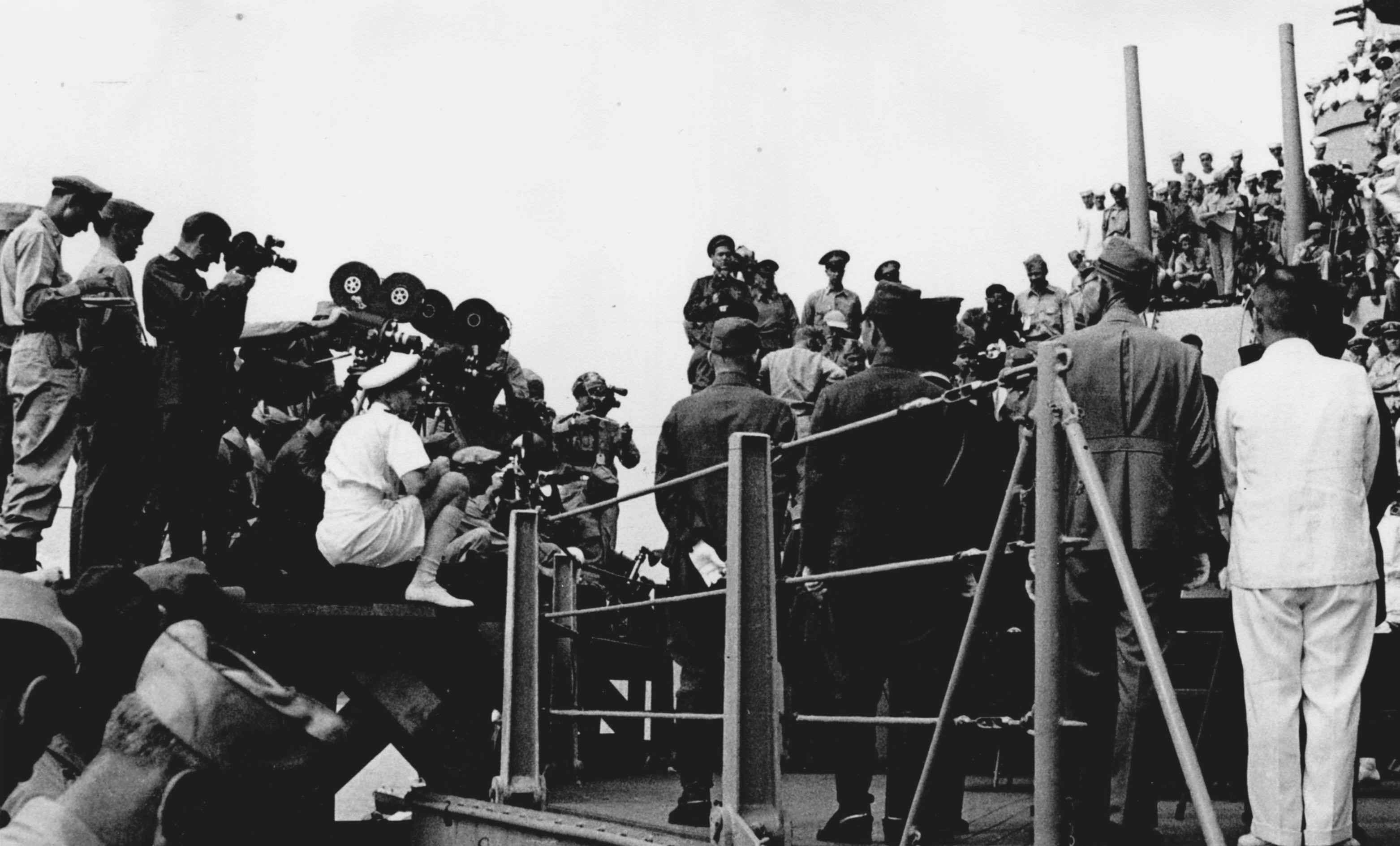 """Экспонат #10. Военные корреспонденты на линкоре """"Миссури"""". 2 сентября 1945 года"""