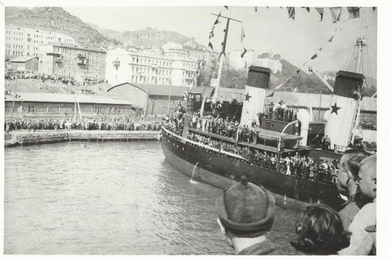 """Экспонат #33. Встреча """"челюскинцев"""" в порту Владивостока. 7 июня 1934 года"""