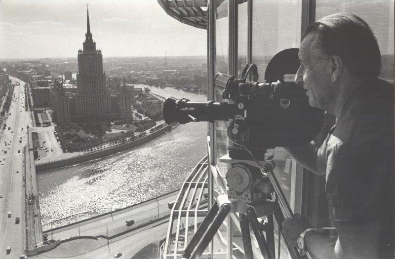 Экспонат #104. Владислав Микоша снимает с «верхней точки» — здание СЭВ. 1970-е годы