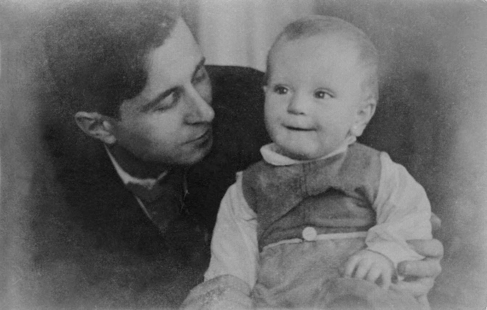 Экспонат #39. Витольд Владиславович Микоша с сыном Владиславом Витольдовичем. 1938 год