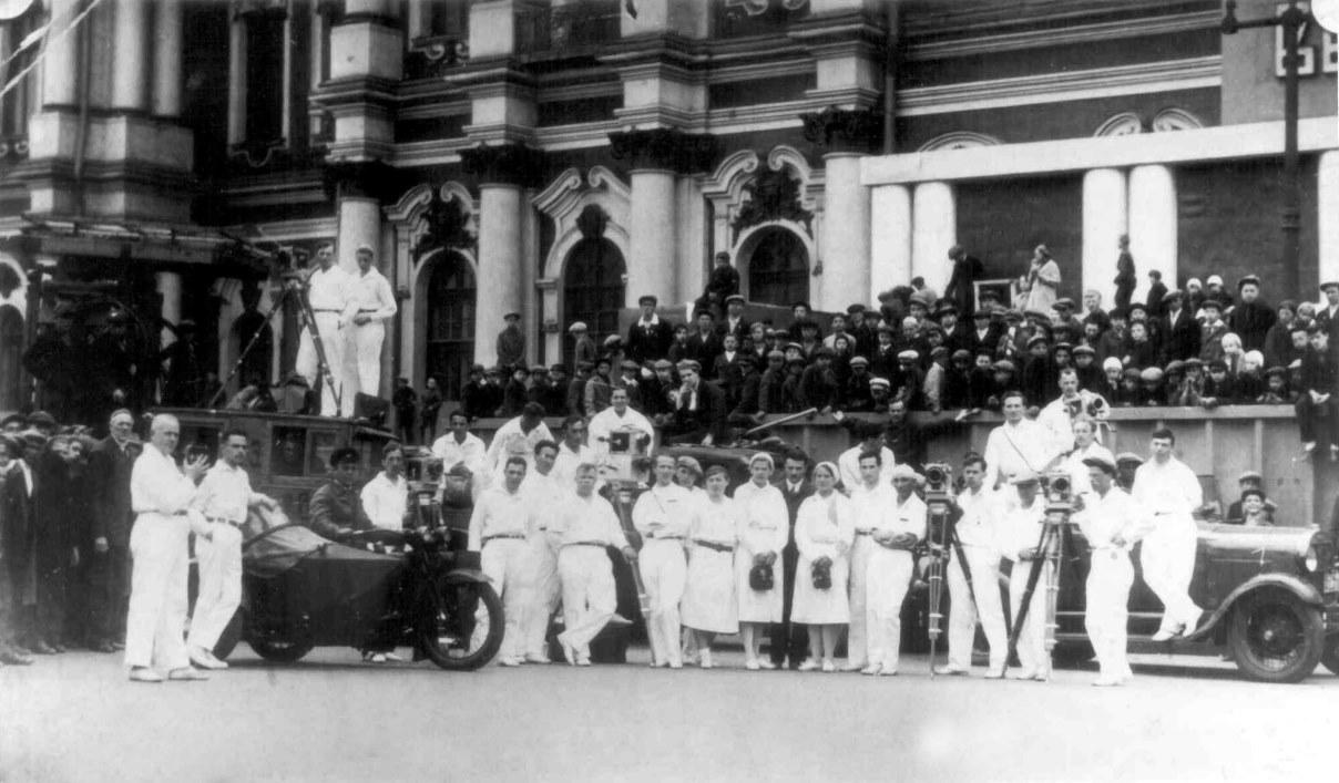 Экспонат #12. Кинохроникеры и фотографы на Дворцовой площади в Ленинграде. 1926-1932 гг.