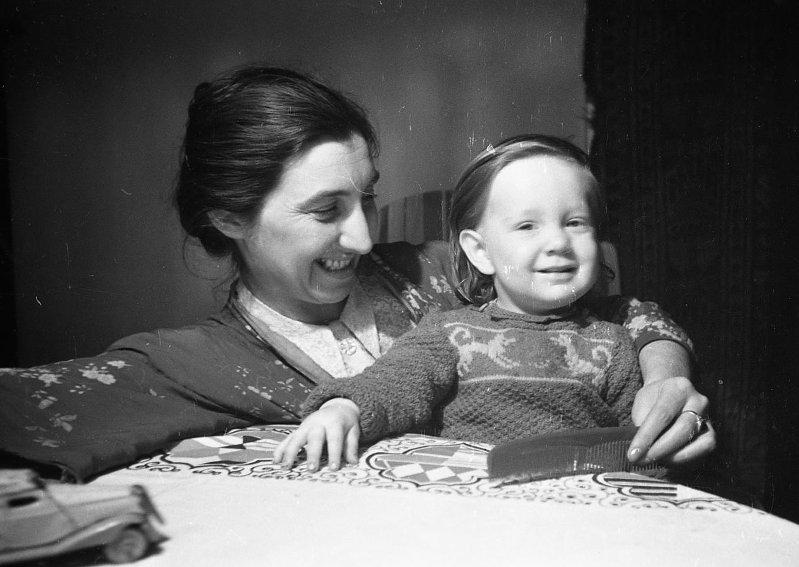 Экспонат #80. Зоя Матвеевна Микоша с сыном Владиком. 1948-1949 гг.