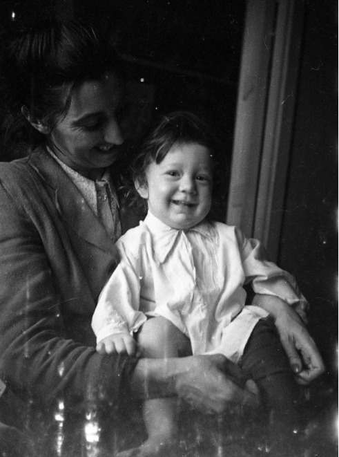 Экспонат #89. Зоя Матвеевна Микоша с сыном Владиславом