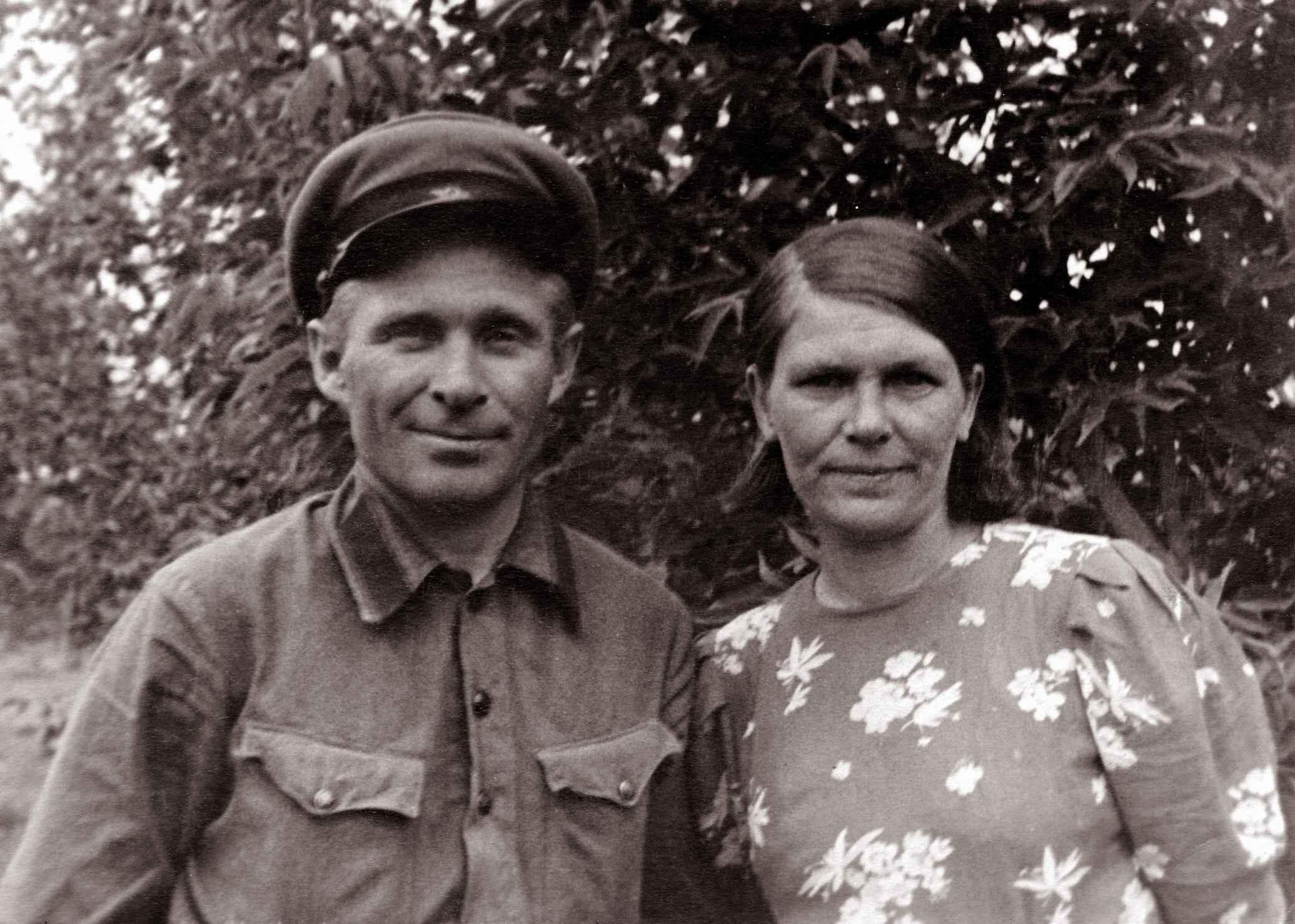 Экспонат #43. Юлий Владиславович и Анна Федоровна Микоши. Долинка. 30-е годы