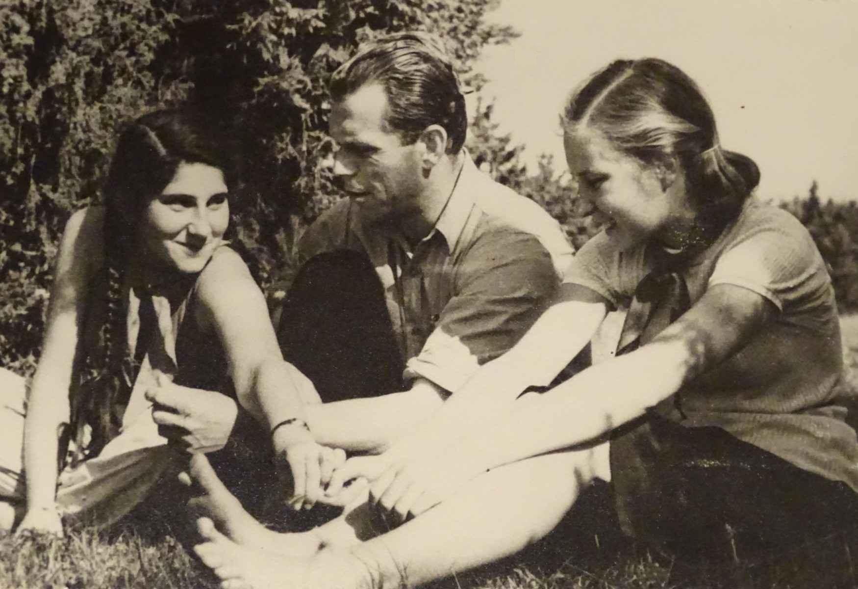 Экспонат #34. С Наташей Венжер и Ниной Лебедевой в пионерском лагере. 1946 год