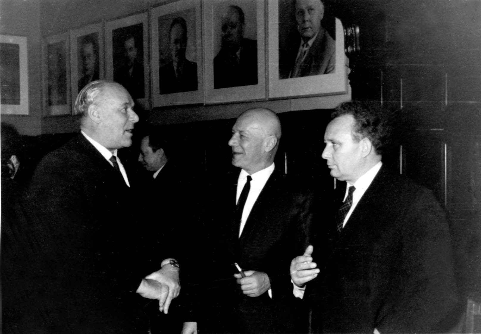 Экспонат #75. В. Осьминин, Н. Грибачёв и И. Стаднюк в ЦДЛ. 27 февраля 1968 года