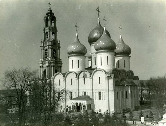 Троице-Сергиева лавра. Вид на Успенский собор, колокольню. Фото Михаила Силенко