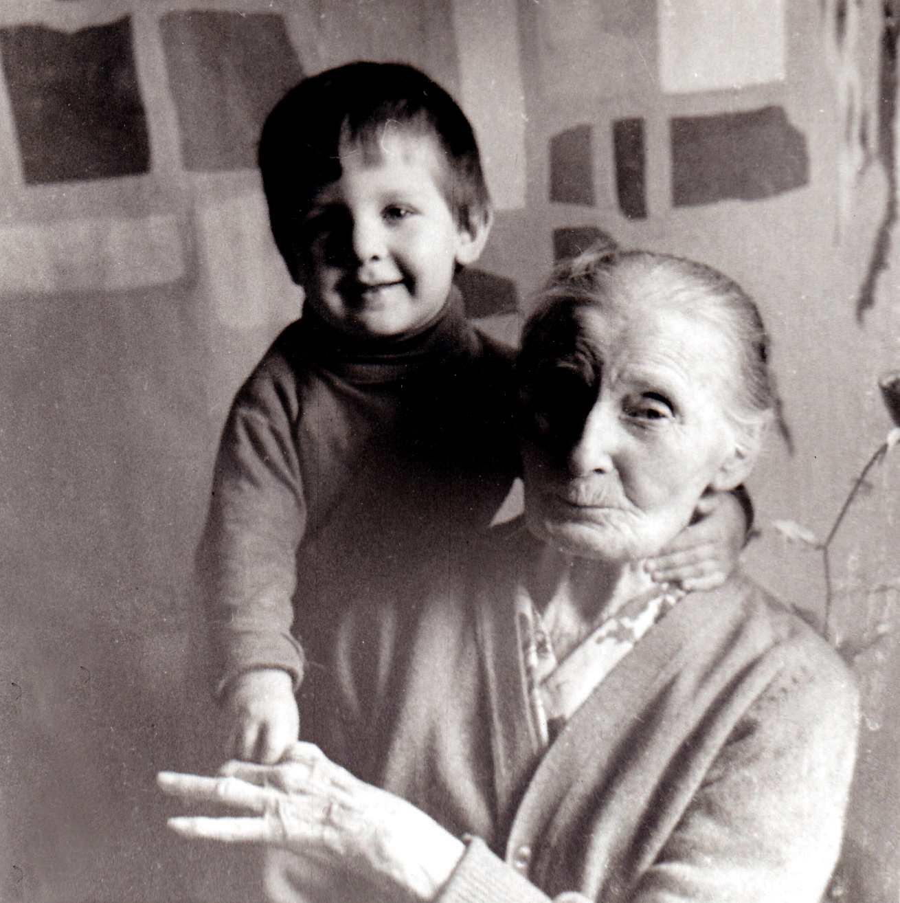 Экспонат #88. Вера Ивановна Микошас внукомВладиком.1951-1952 гг.