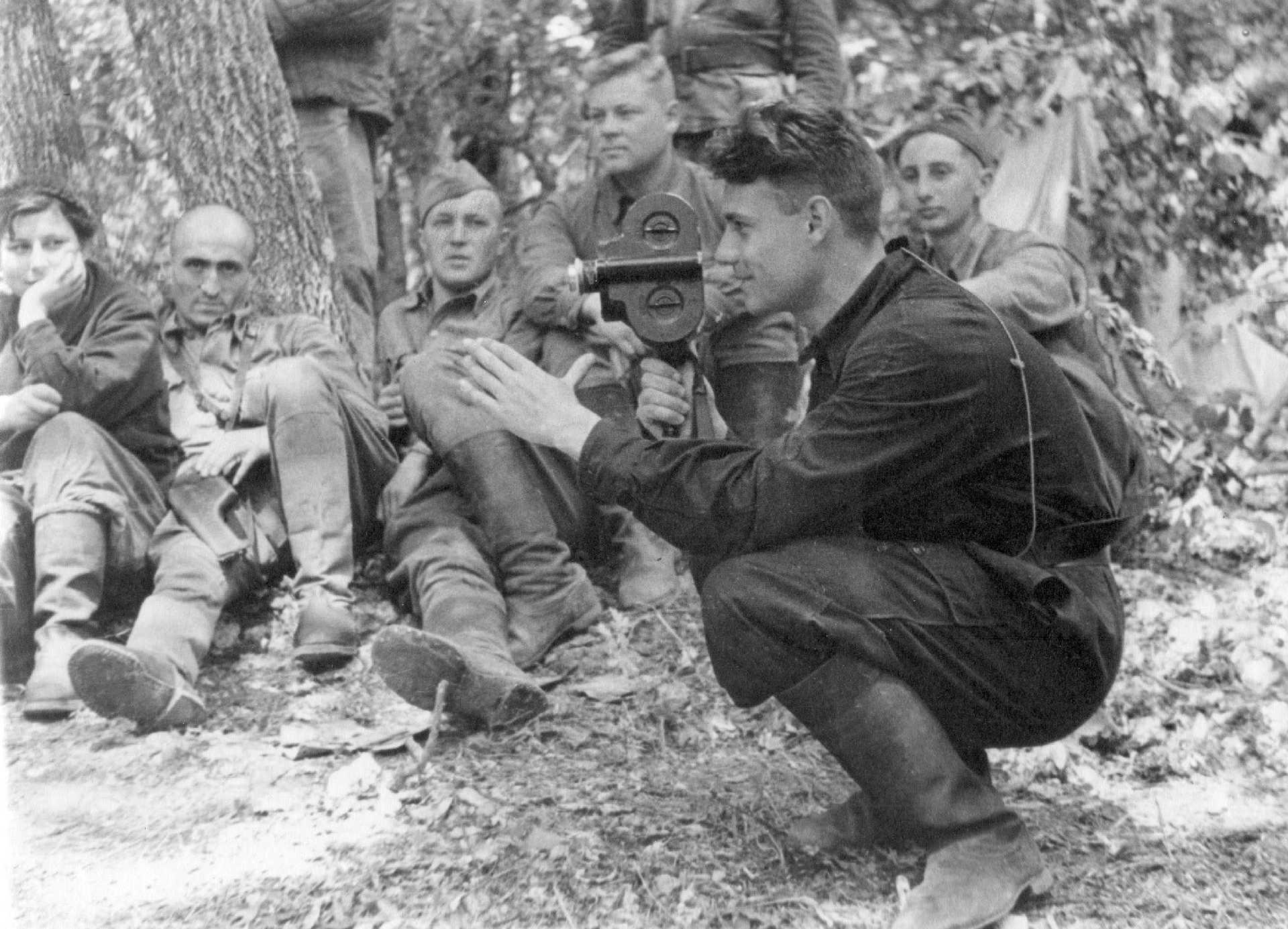 Экспонат #1. У крымских партизан. Снимает кинооператор Иван Запорожский. 1943 год