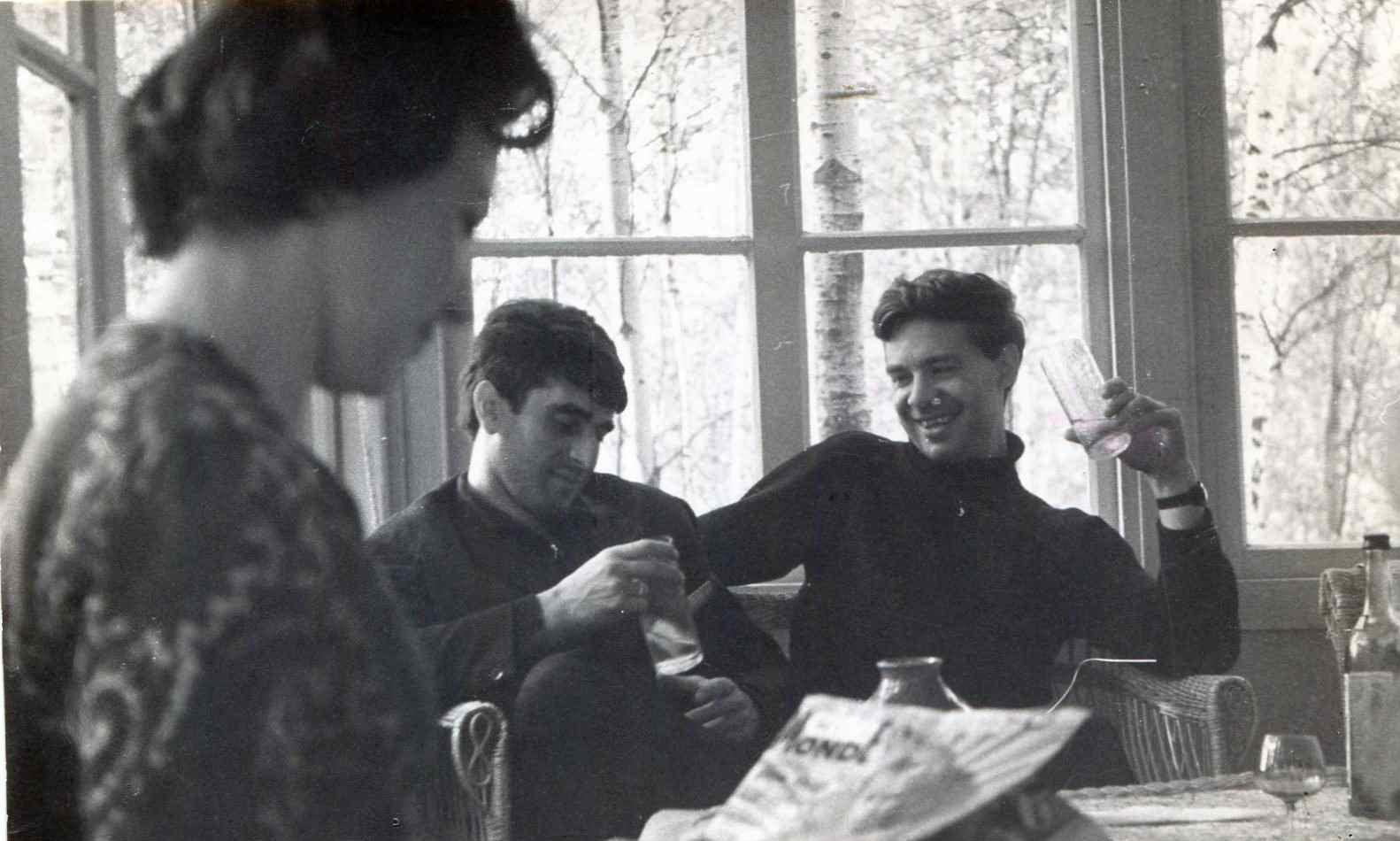 Экспонат #42. Молодые кинематографисты на даче уРомана Карменав Красной Пахре. 1964 год