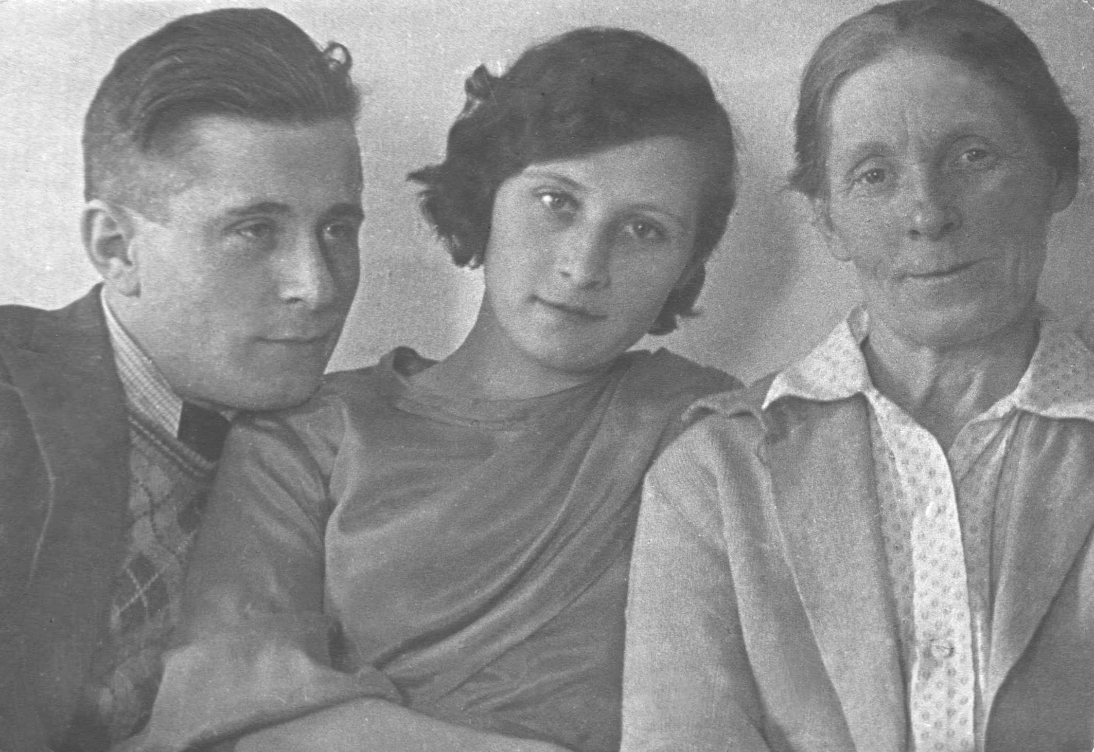 Экспонат #53. Витольд Владиславович с женой Зинаидой Филипповной и матерьюВерой Ивановной Микошей