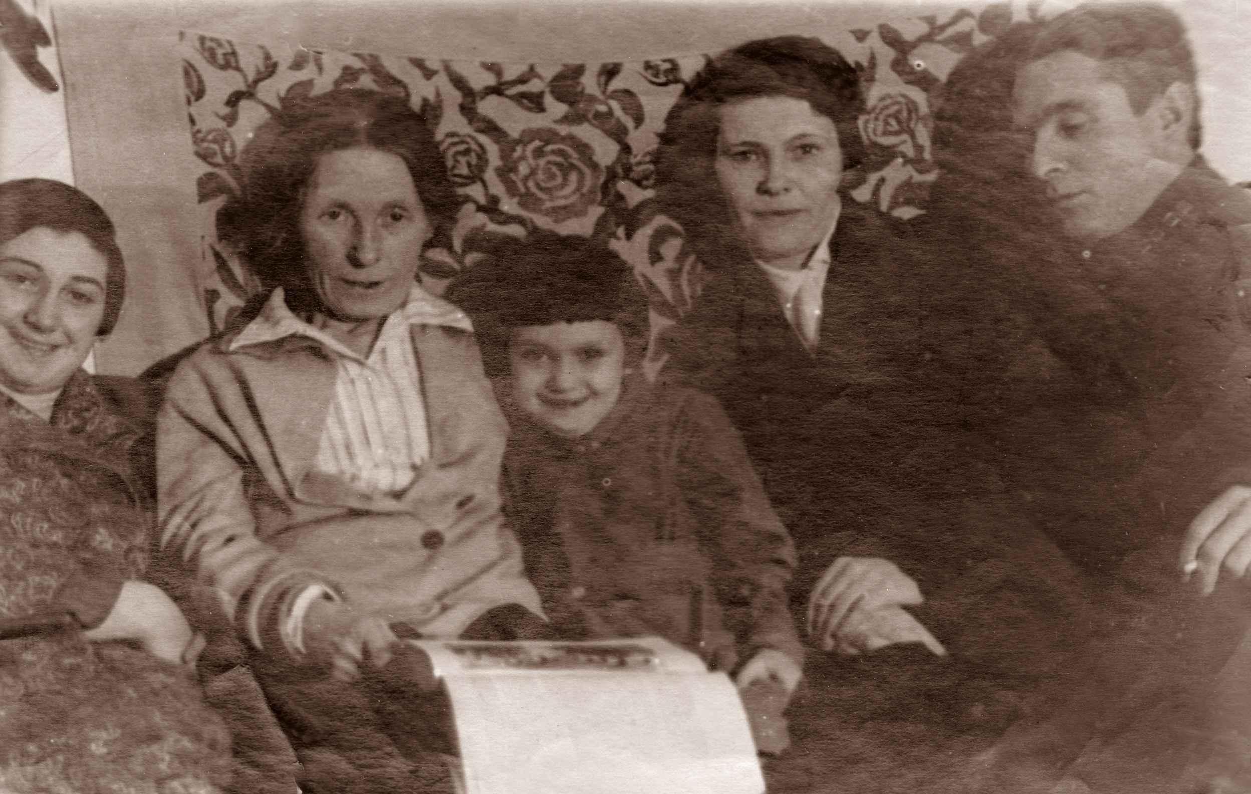 Экспонат #35. Семья Микошей. 1932 год