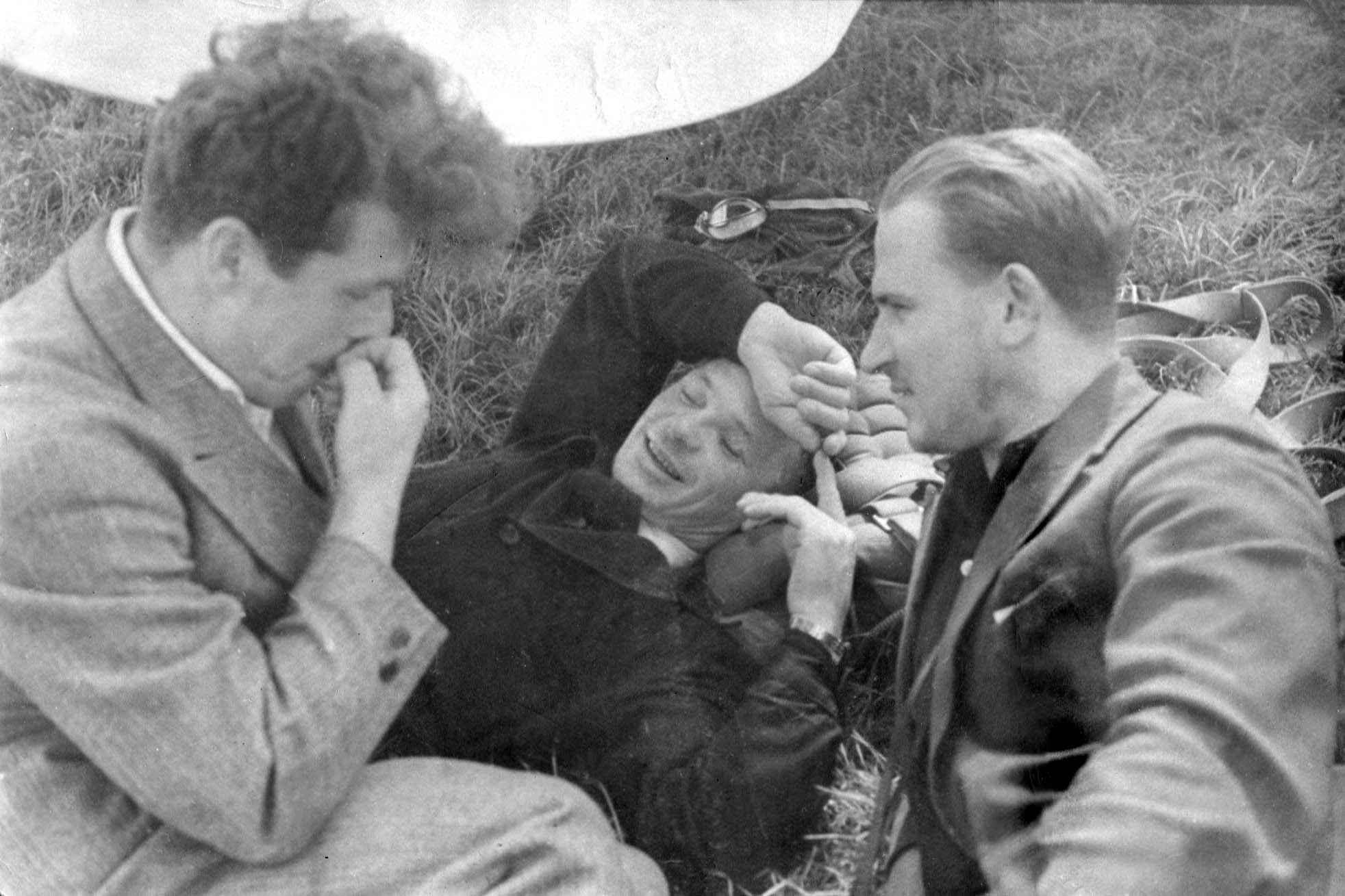 Экспонат #13. На аэродроме с лётчиком-штурманом Виктором Левченко. Середина 30-х годов