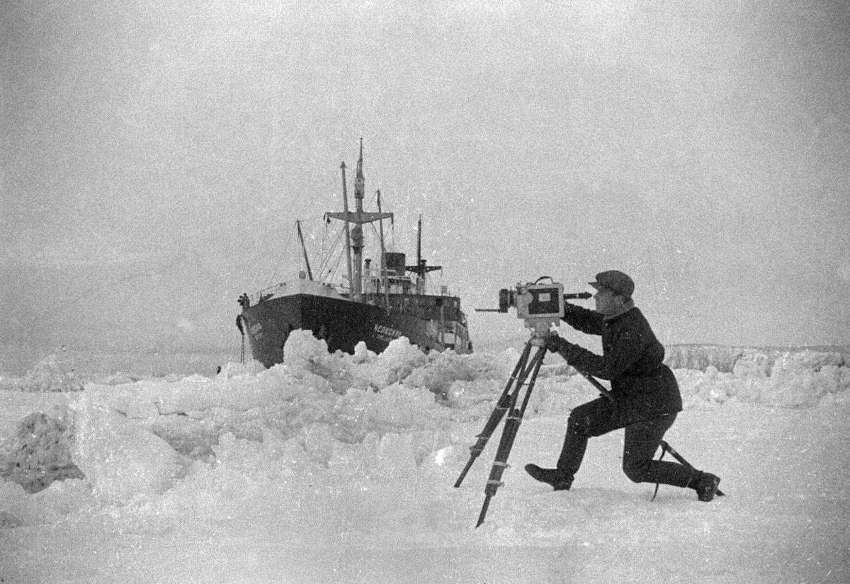 Экспонат #45. Снимает кинооператор Аркадий Шафран. «Челюскин». 1933 год