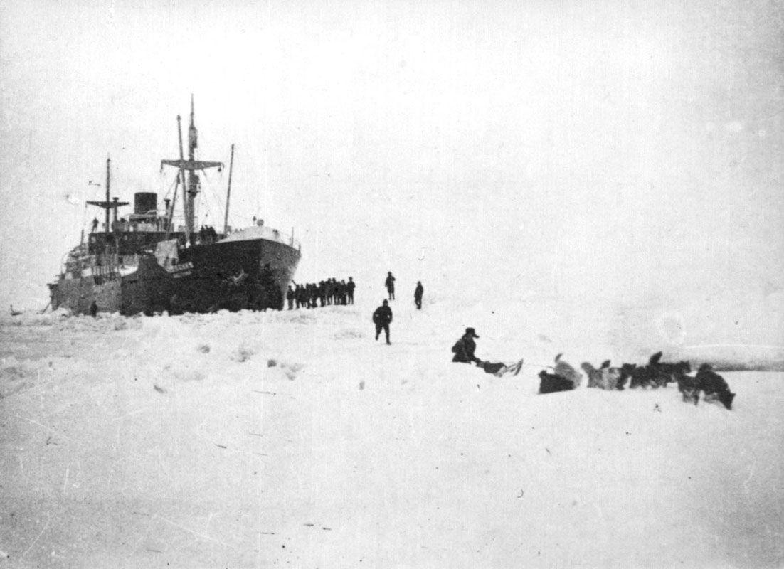 Экспонат #50.  «Челюскин». Отряд отправляется на материк. 1933 год