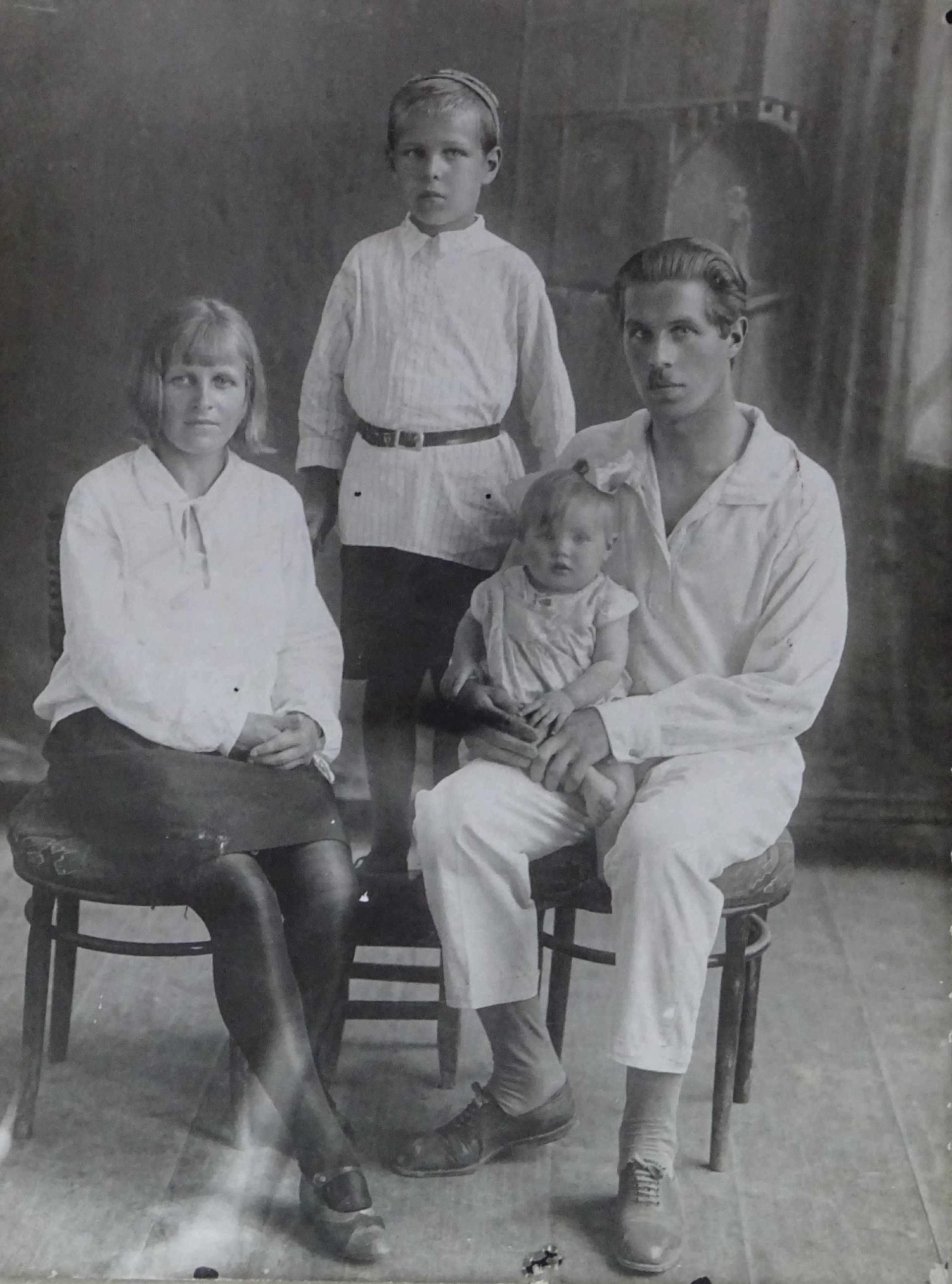 Экспонат #15. Людмила Доронина с семьей. Фрунзе. 1932 год