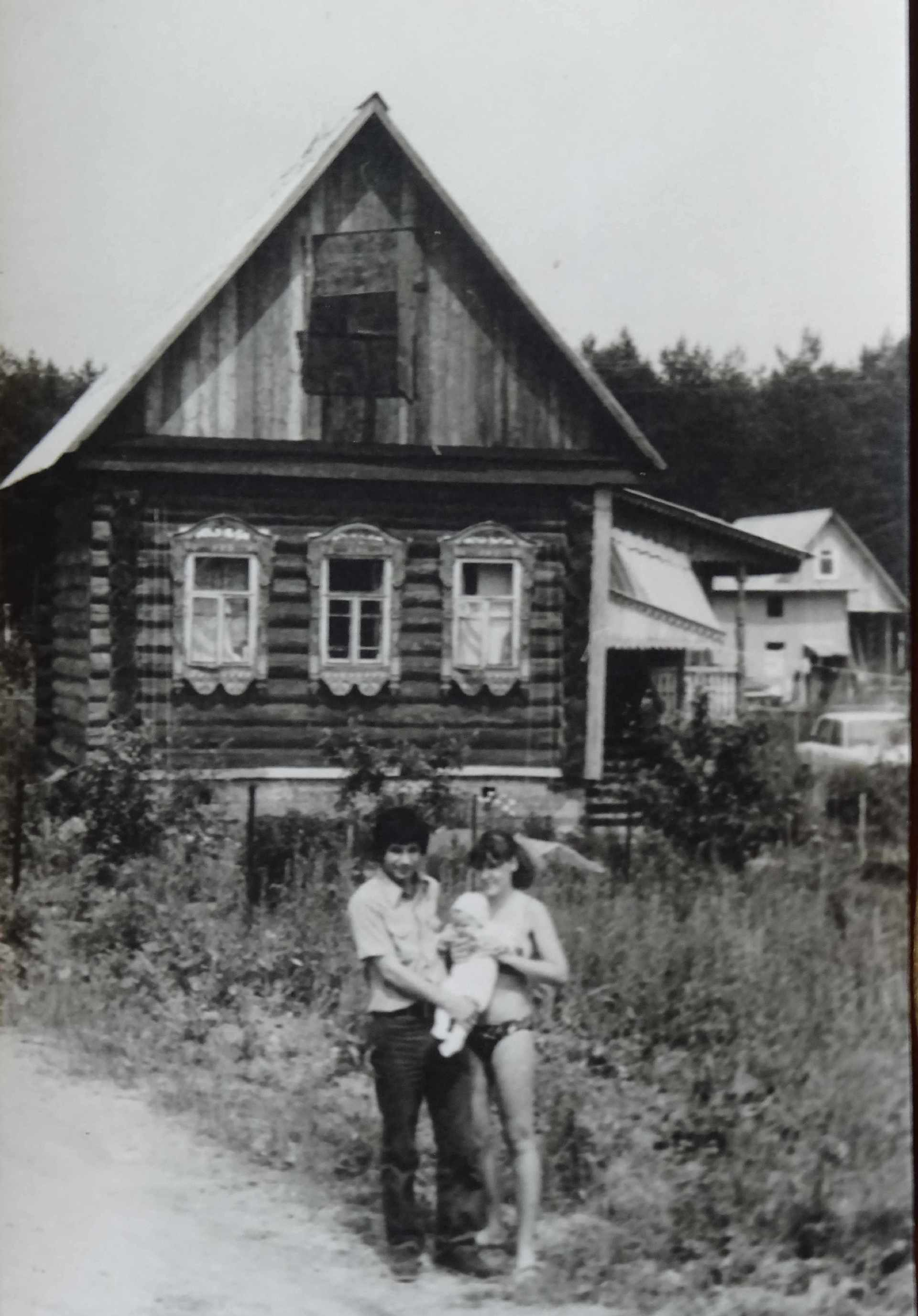 Экспонат #38. Юрий Юрьевич (младший) с женой и дочерью