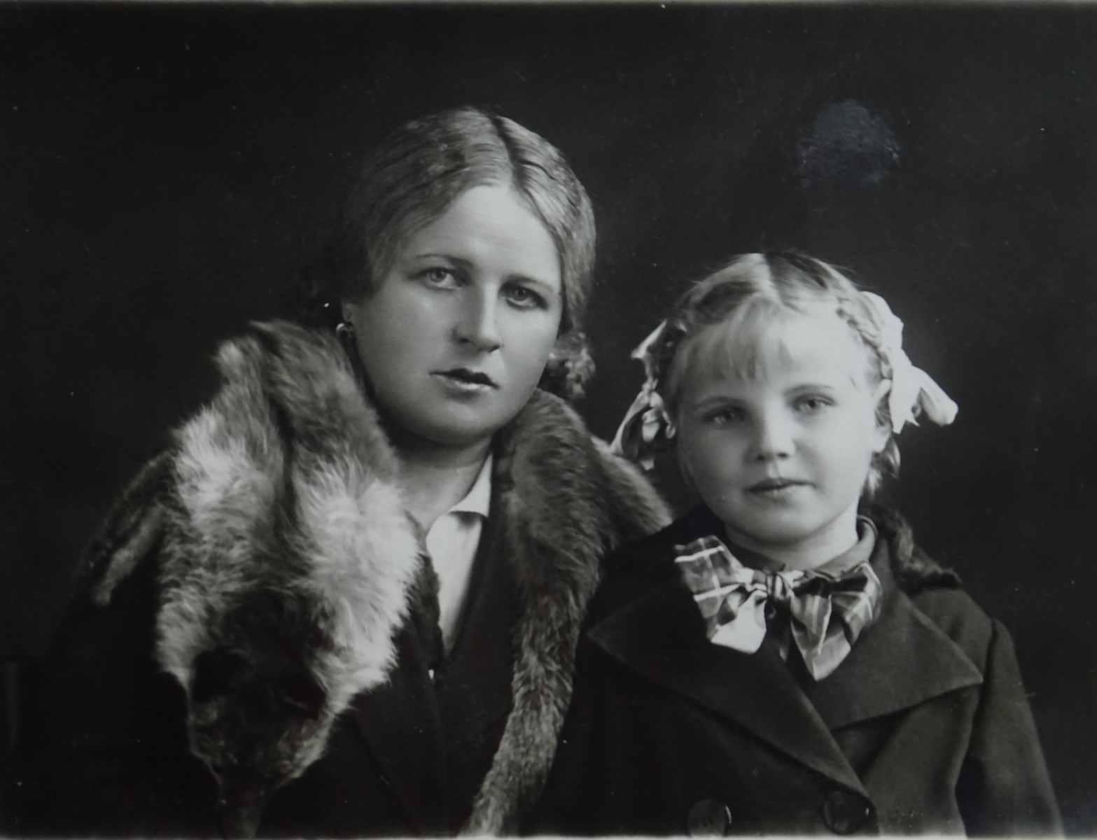 Экспонат #16. Мария Дмитриевна и Людмила Доронины. Фрунзе, 1939 год