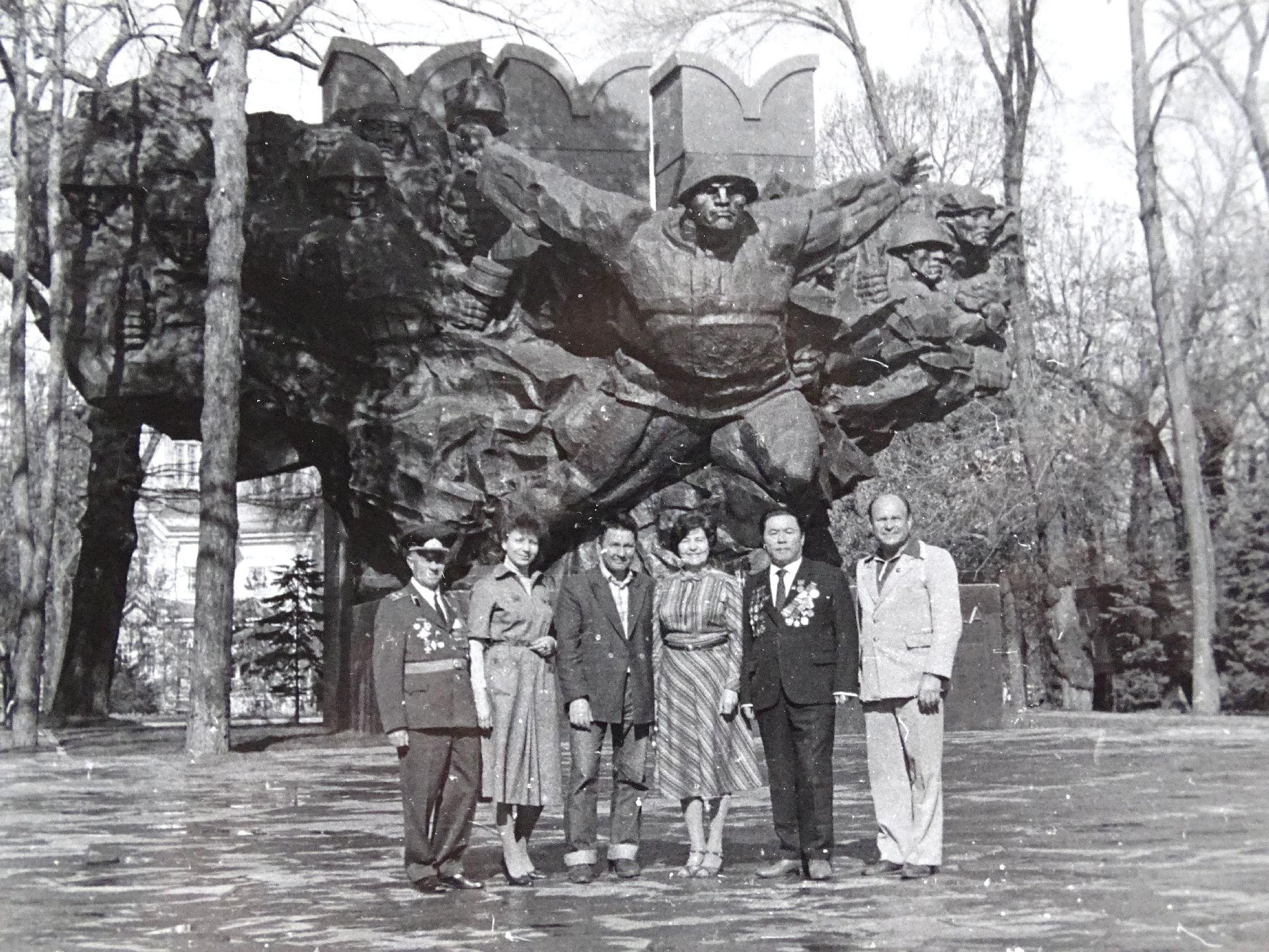 Экспонат #31. У Мемориала Славы в Алма-Ате