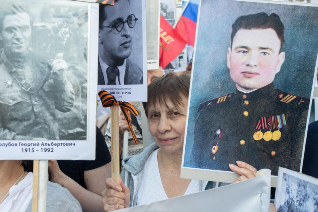 Вера Зайцева — племянница Виталия Нестерова во время шествия «Бессмертный полк»
