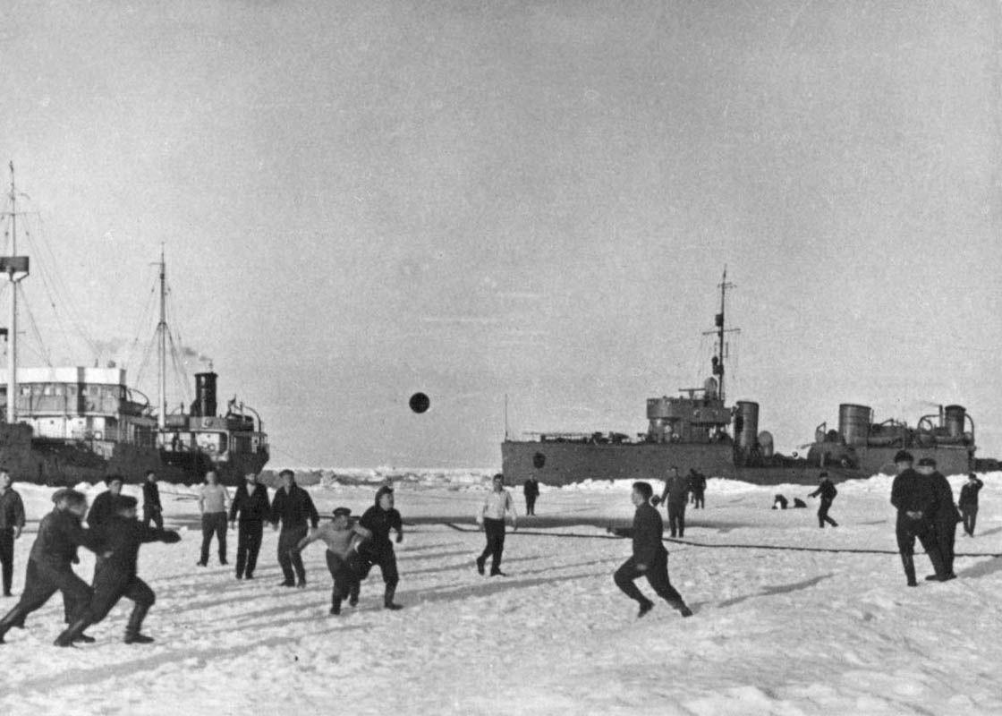 Экспонат #62. Секретная экспедиция: ЭОН-3, Арктика. Футбол на льду. 1936 год