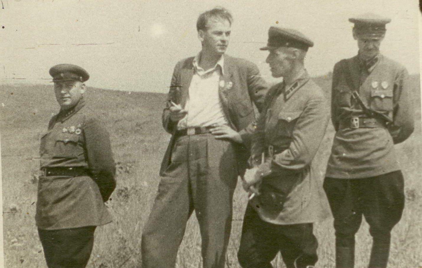 Член Военного Совета Зимин, артист Николай Черкасов и командующий 1-й Отдельной Краснознамённой армией на Дальнем Востоке М.М. Попов. Август 1939 года