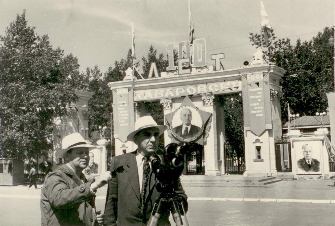 Оператор А. Борзунин и режиссер Б. Сабуров. Хабаровск. 1958 год