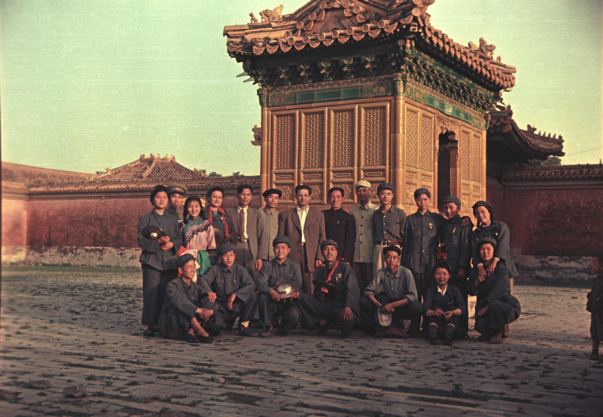 Экспонат #18. Виталий Несторов с китайскими товарищами