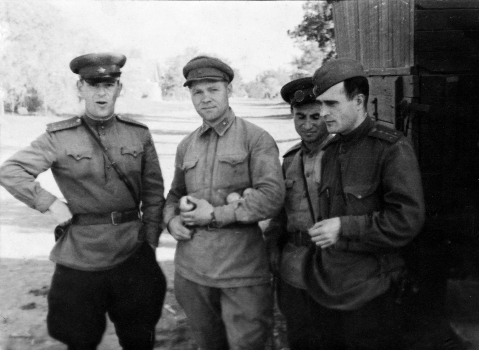 Экспонат #18. Киногруппа 3-го Украинского фронта: Брантман, Капкин, Грачев. 1943 год