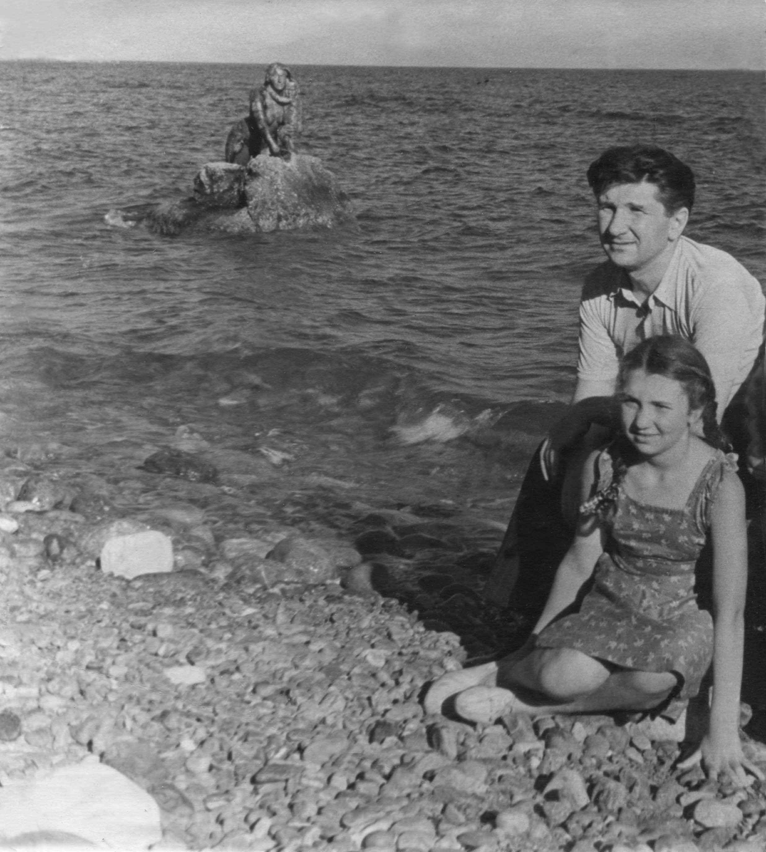 Экспонат #12. Таня Каравкина с отцом. Мисхор, 1951 год