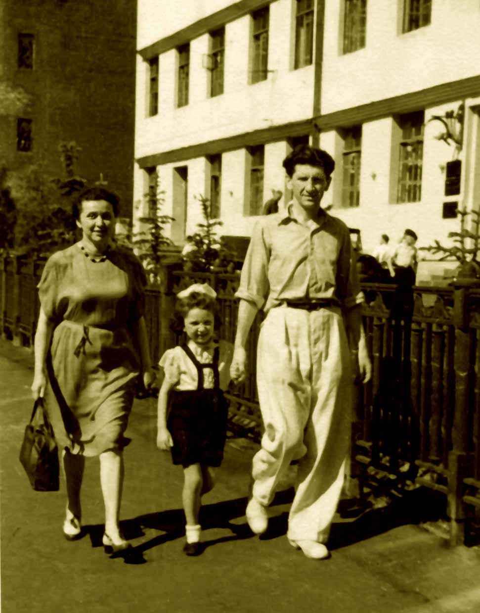 Экспонат #11. С женой Ниной и дочерью Татьяной в Лиховом переулке. 1946-1947 гг.