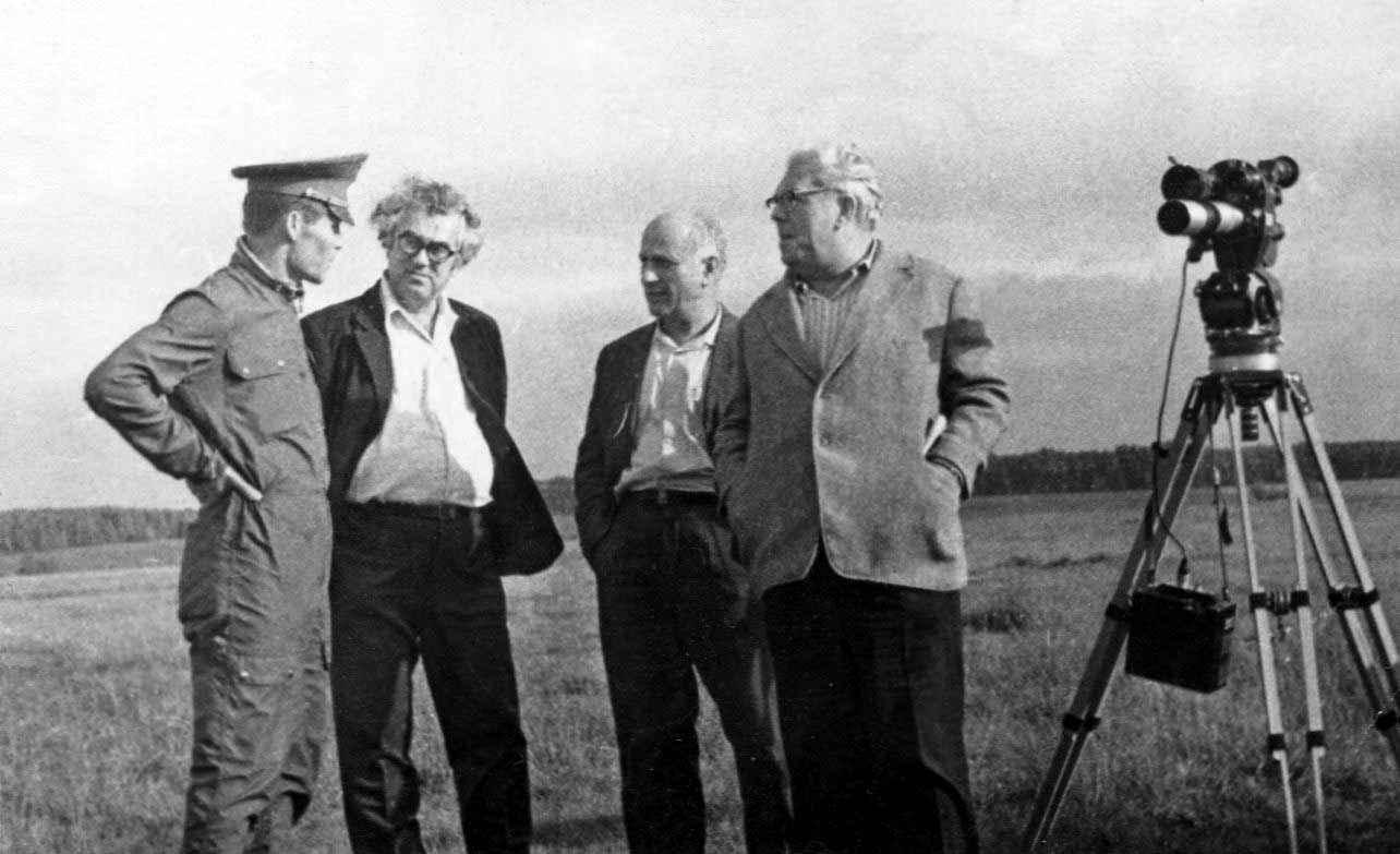 Экспонат #96. С В. Усановым и А. Певзнером на съемках фильма «Родословная подвига». 1978 год