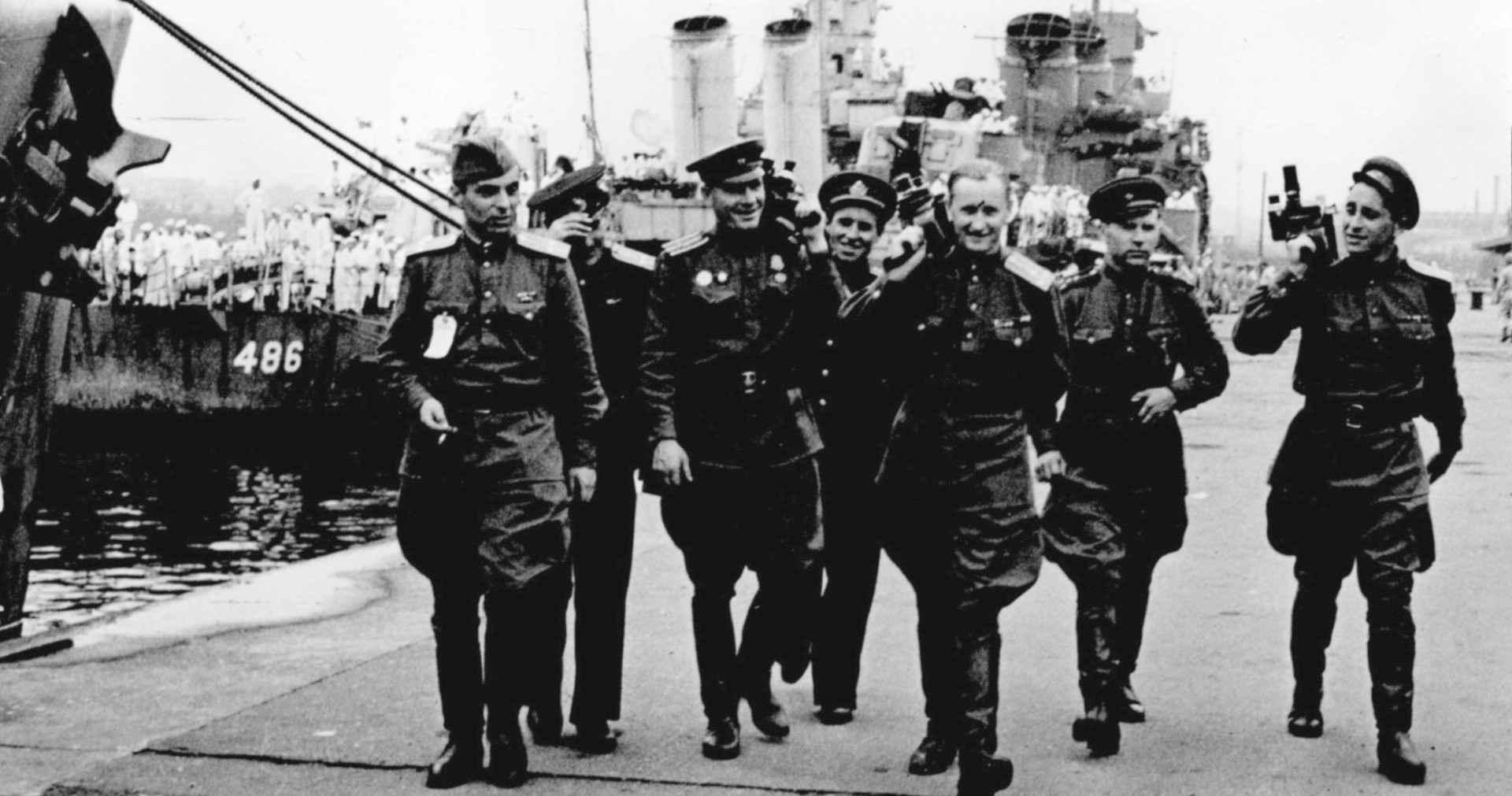 Экспонат #2. Съемочная группа после подписания акта о капитуляции Японии. 2 сентября 1945 года