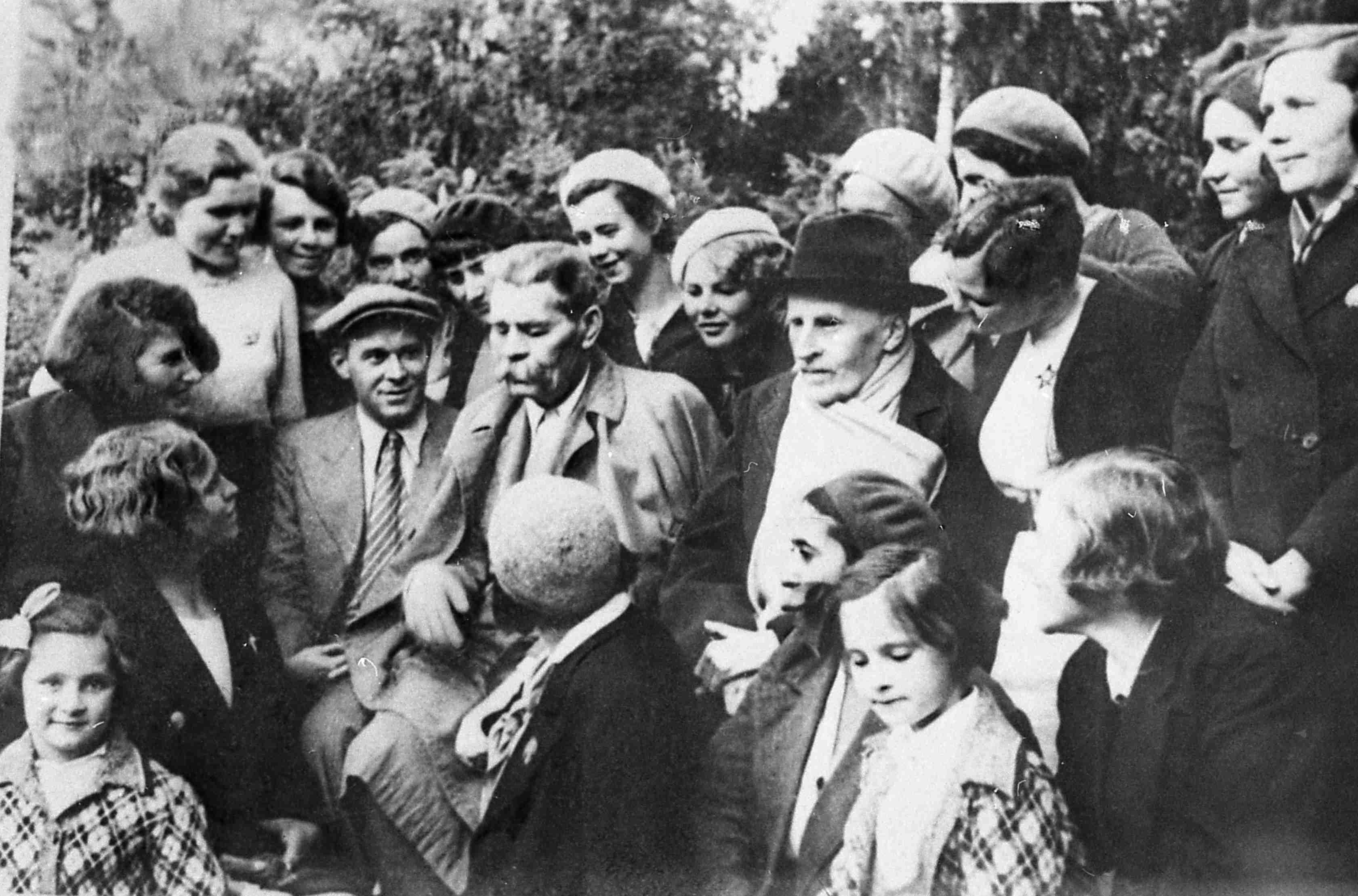 Экспонат #9. Ромен Роллан, Максим Горький и А.В. Косарев с комсомольцами. Июль 1935 года
