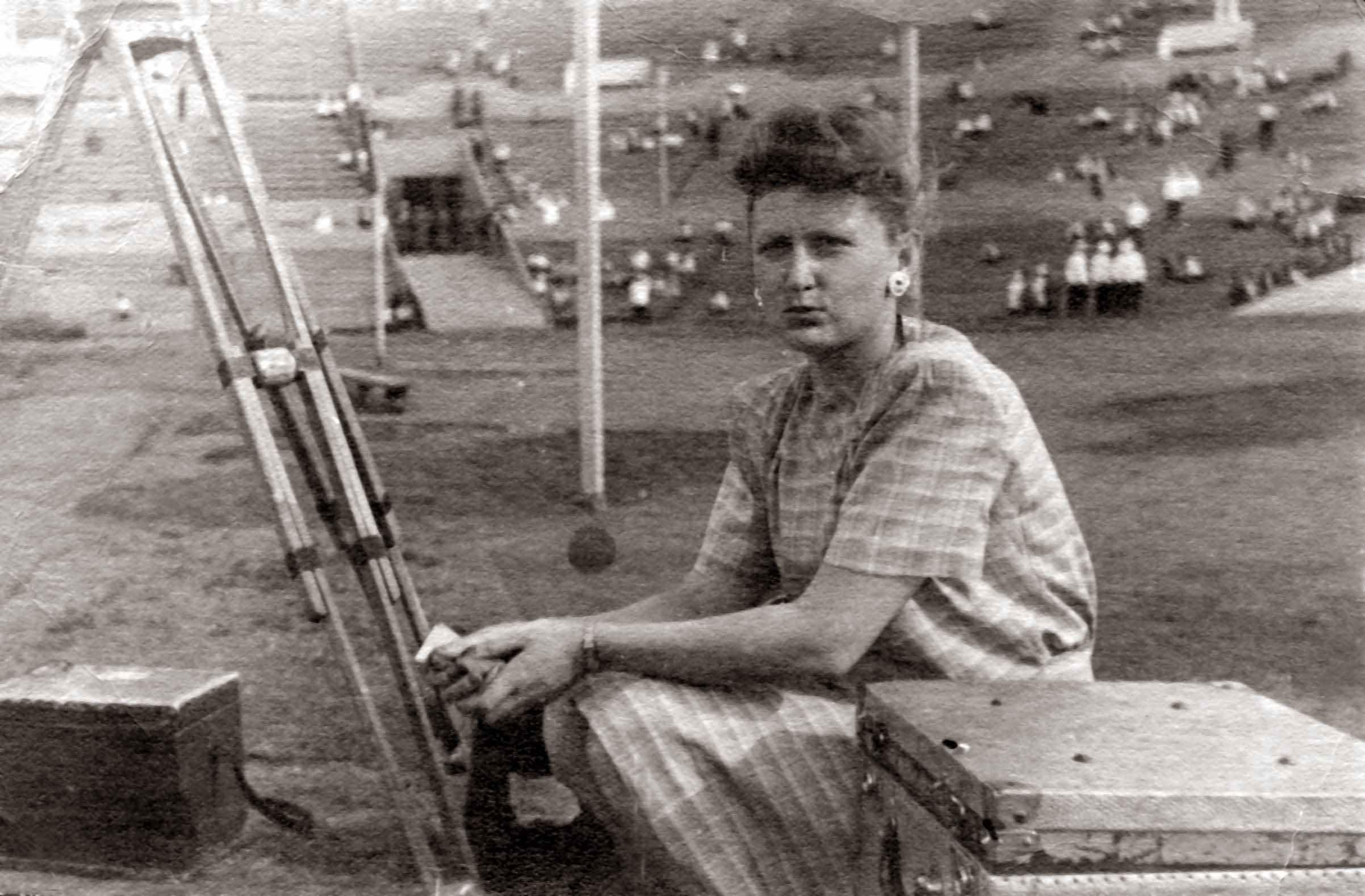 Экспонат #6. Мая Попова снимает на стадионе «Динамо». Москва. 1947 год