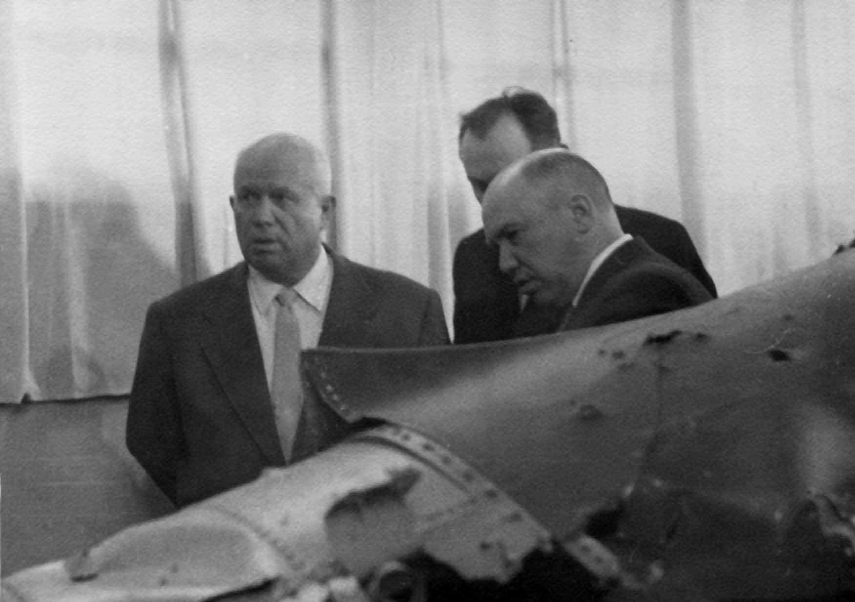 "Экспонат #44. Никита Хрущев у фрагмента американского самолета-шпиона ""Локхид U-2"". Май 1960 года"