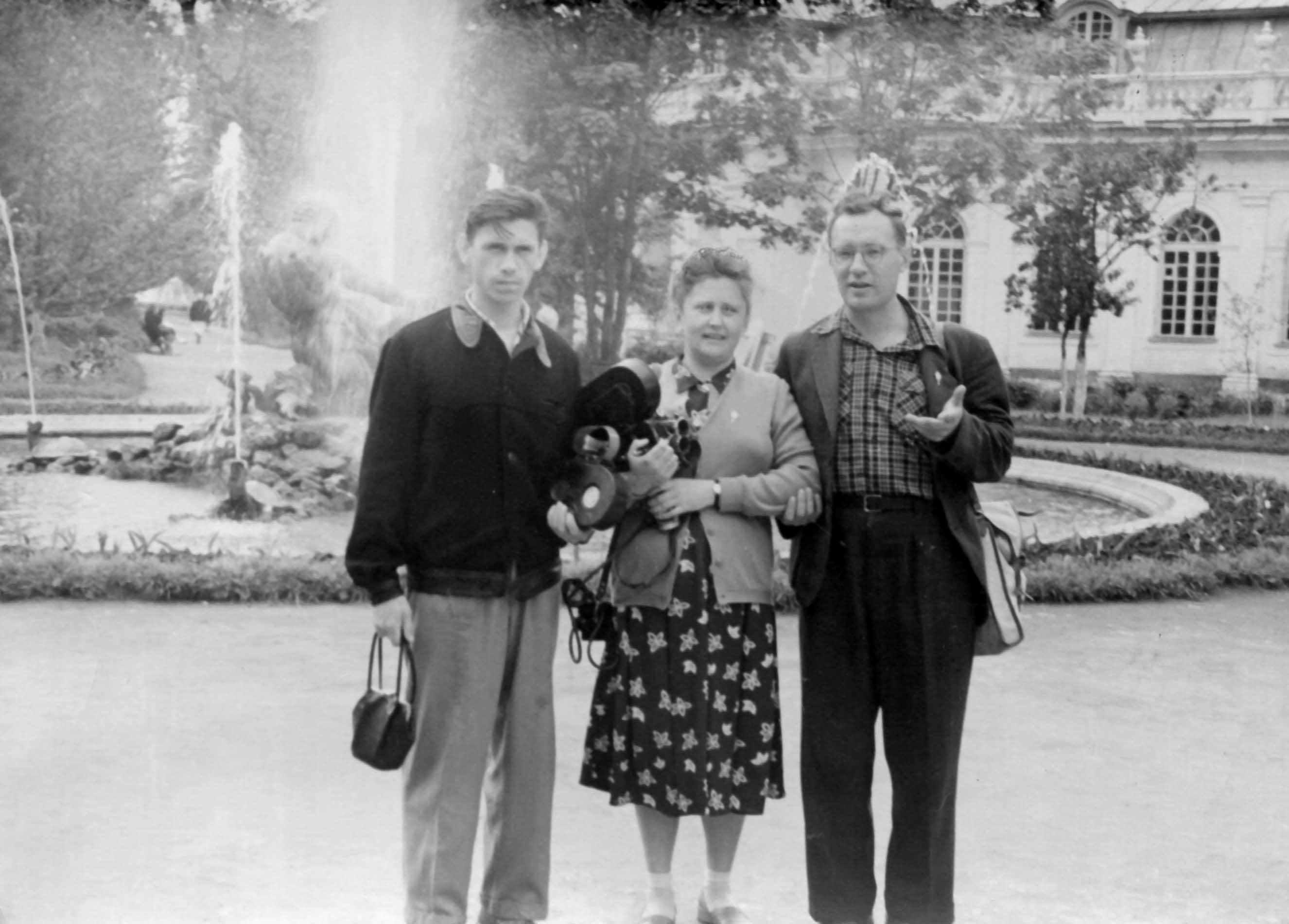 Экспонат #34. С Виктором Бежкиным и Григорием Пльчаком в Петергофе. 1957 год