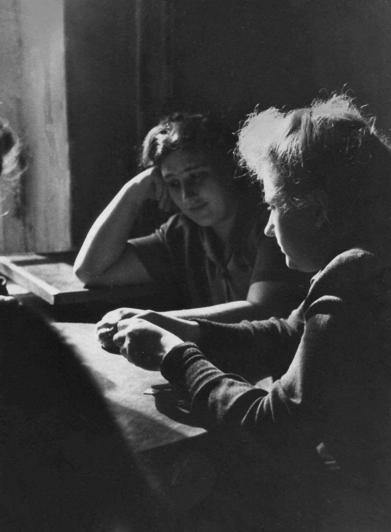 Экспонат #3. С Алей Вакуровой на ЦСДФ. 1949 год